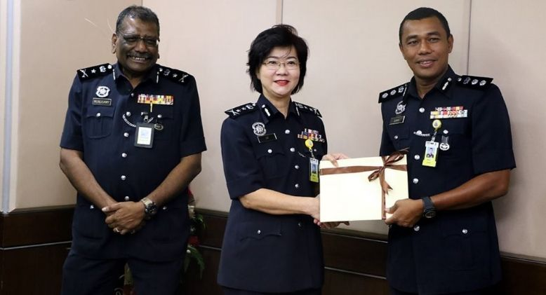 Introducing Malaysia's First Chinese Policewoman To Reach Rank Of Commissioner